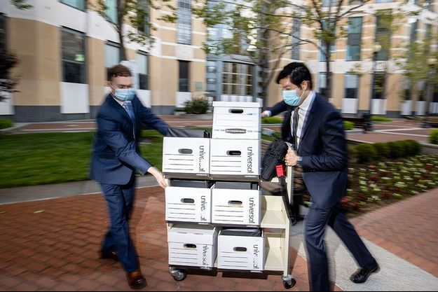 Des membres de l'équipe juridique d'Epic arrivent avec des documents au tribunal d'Oakland, en mai dernier.