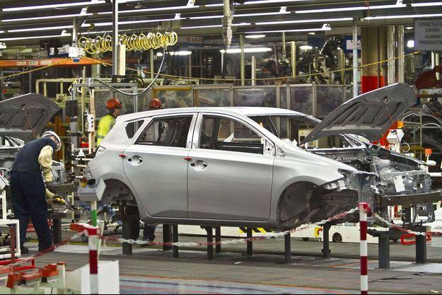 Sur la chaîne de production de la Toyota Auris à Derby, en Angleterre, en 2012.