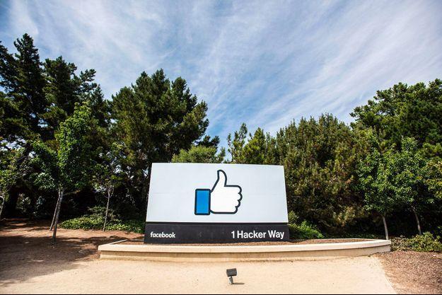 Près du siège de Facebook à Menlo Park, en Californie.