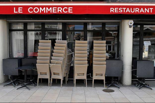 Devant un restaurant à Arcachon, lundi.