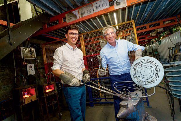 Baptiste et Bernard Reybier dans l'atelier de ferronnerie de l'usine de Thoissey, où 3500 tonnes d'acier sont transformées par an.