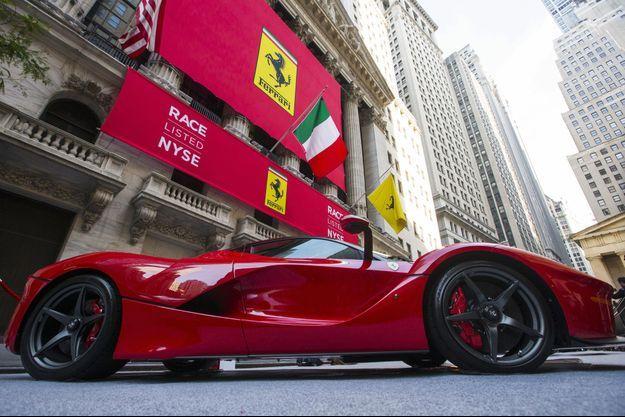 Des Ferrari d'exception ont été exposées devant la bourse de New York, à Wall Street.