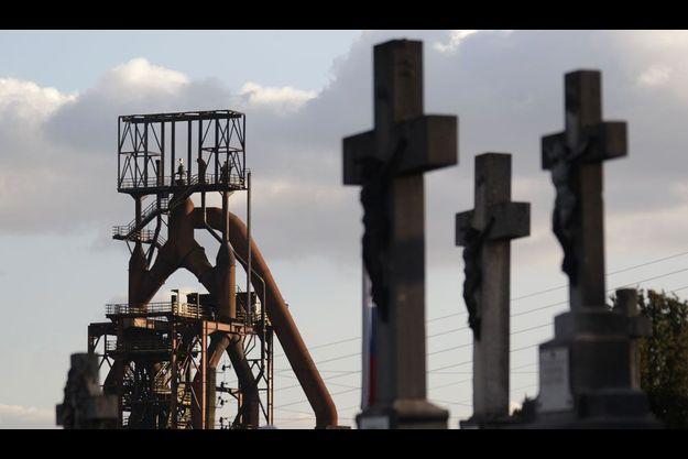 Le site d'ArcelorMittal vu depuis un cimetière à Hayange, en Moselle.