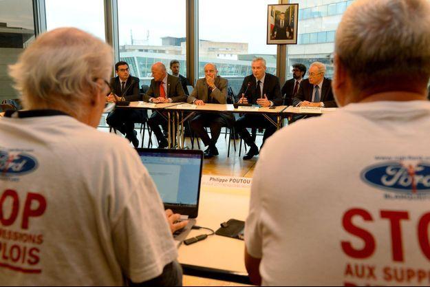 Alain Juppé, maire de Bordeaux, et Bruno Le Maire, ministre de l'Economie, face aux représentants de Ford, dont Philippe Poutou.