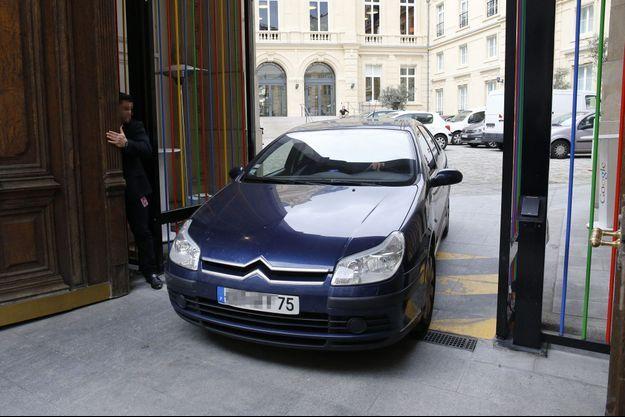 Une voiture de police quitte les locaux de Google à Paris, mardi après-midi.