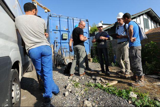 Contrôle de l'Urssaf sur un chantier à Bayonne (Pyrénées-Atlantiques), en juin 2015.