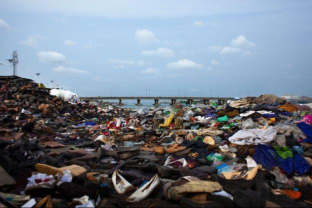 Les collines du marché de Dantokpa, au Bénin, sont constituées de déchets de vêtements en provenance d'Europe. Un exemple de l'impact environnemental considérable de l'industrie textile.