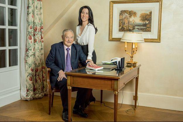 Dans sa suite à l'hôtel Bristol, à Paris, avec Tamiko Bolton, 43 ans, sa troisième femme. Le financier américain est venu présenter son dernier livre : « La tragédie de l'Union européenne » (éd. Saint-Simon).