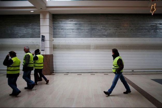 """Un centre commercial fermé à Mondeville lors d'une manifestation des """"gilets jaunes""""."""