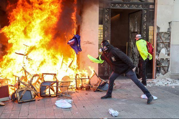 Un commerce des Champs-Elysées incendié samedi