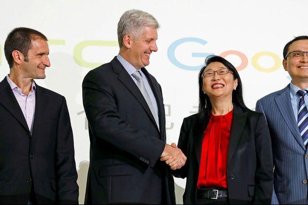 Le responsable du matériel informatique de Google, Rick Osterloh, serre la main de Cher Wang, la dirigeante de HTC, jeudi à Taipei, à Taïwan.
