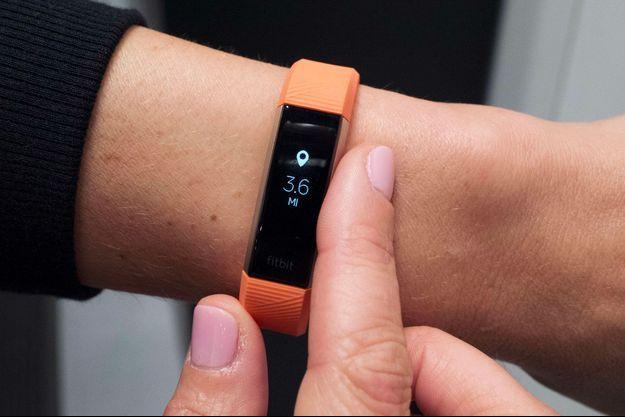 Un bracelet connecté Fitbit en 2017. (photo d'illustration)
