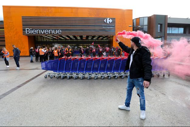 Devant un magasin Carrefour à Nice, samedi.