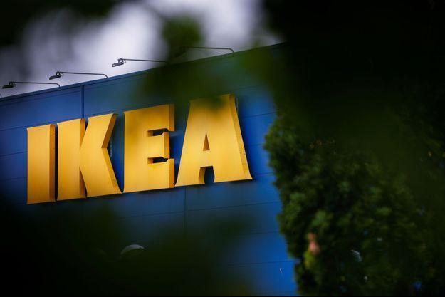Devant un magasin Ikea, près de Rennes, mardi.