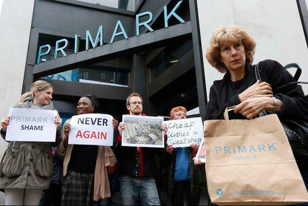 Une manifestation devant un magazine Primark à Londres le 27 avril.