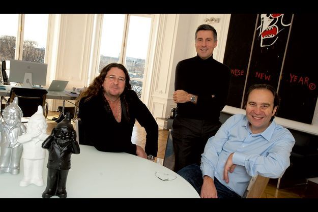 Vendredi 17 décembre, Marc Simoncini (debout) de Meetic reçoit dans son vaste bureau Jacques-Antoine Granjon (à g.) et Xavier Niel. Devant eux, ces trois nains sont l'œuvre d'Ottmar Hörl, un artiste allemand contemporain.