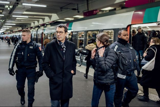 Pas de trêve des confiseurs pour Jean-Pierre Farandou : devant un RER, gare du Nord, le 27 décembre.