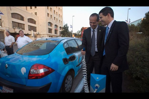 Shai Agassi, P-DG de Better Place, avec Nir Barkat, le maire de Jérusalem.