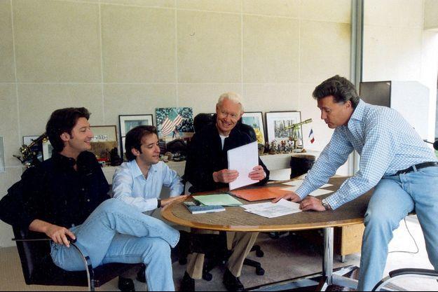 Autour de Jean-Claude Decaux, la tribu réunie pour fignoler les dossiers avant l'entrée en Bourse de juin 2001