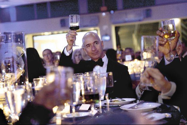 Le 1er mai 2015, Jeff Bezos lève son verre au jury du Liberty Science Center qui l'a nommé « génie de l'année » aux côtés de Vint Cerf, un des pères d'Internet, et de l'astronome Jill Tarter.