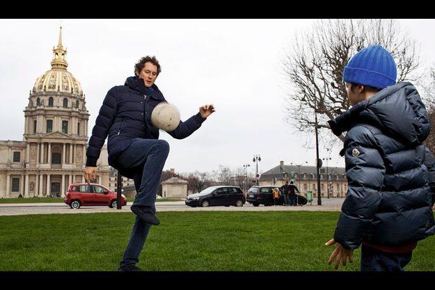 Sur les pelouses qui font face aux Invalides, le patron de Fiat, le groupe propriétaire de la Juventus de Turin, joue au foot avec son fils aîné, Leone, 5 ans et demi.
