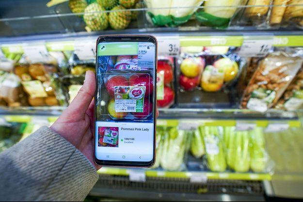 Utilisation de l'application Yuka dans un supermarché de Bruxelles, en 2019.
