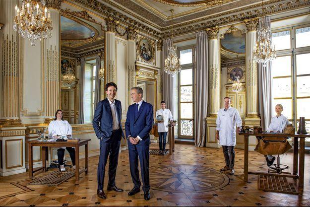 Dans le salon Chaumet. Bernard Arnault et son fils Antoine présentent (de g. à dr.) Corinne Emonet, polisseuse, Maxime Fradin, joaillier, le chef d'atelier « Benoît XIII » parce que treizième titulaire du poste depuis 1780, et Noémie Auzet, apprentie joaillière.