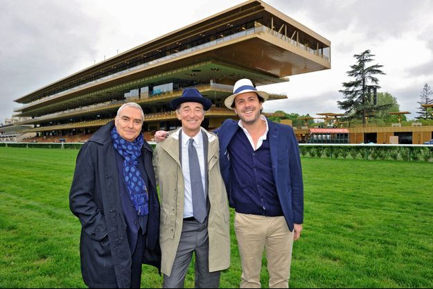 Devant le nouvel hippodrome, l'architecte Dominique Perrault (à g.) et le créateur Laurent de Gourcuff (à dr.), aux côtés d'Edouard de Rothschild.
