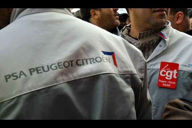 Plusieurs centaines de salariés de PSA ont manifesté le 15 novembre devant le siège parisien de l'entreprise après l'annonce de la suppression d'emplois au sein du groupe.