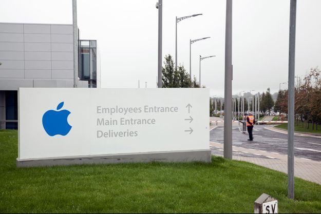Devant le siège européen d'Apple, à Cork, en Irlande, en septembre dernier.