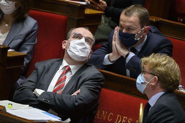 Olivier Dussopt échange avec le Premier ministre Jean Castex, le 12 janvier, à l'Assemblée nationale.
