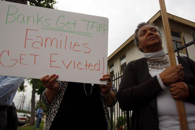En 2009, à Los Angeles, des résidents menacés d'expulsion après la crise des subprimes manifestent contre les banques.