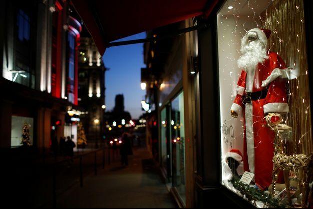 Des décorations de Noël dans une rue, à Paris (image d'illustration).