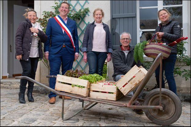 Anthony Vautier, maire d'Arbonne-la-Forêt, Laurence Ayrault, son adjointe, à l'origine du projet, avec Laurent Yzèbe, président de l'Épi, entourés des bénévoles de la première heure.