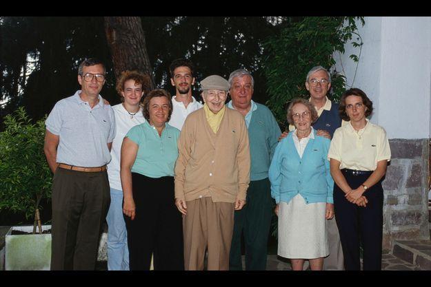 Le clan Lacoste réuni autour du patriarche René, en 1993, sur le golf de Chantaco, fief de la famille. De g. à dr., au premier rang : Catherine Lacoste, son père René, sa mère Simone et une personne non identifiée. Au second rang, de g. à dr. : Michel, Caroline, la fille de Catherine, Jean-Marie, le fils de François, Bernard, François.