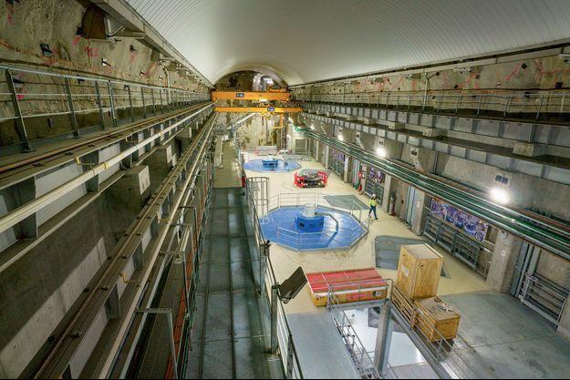 La centrale de Romanche-Gavet, sous le massif de Belledonne, près de Chamrousse, dans l'Isère. Les deux turbines (en bleu) sont chacune reliées à un tunnel d'eau.