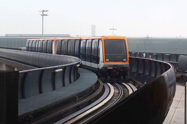 Actuellement en service, le CDGVAL est une navette automatique qui relie les différents terminaux de l'aéroport Charles-de-Gaulle. Le RER B relie l'aéroport à Paris.