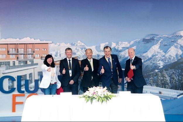Wenqian Zhou, DG de Thaiwoo Ski Resort, Eric Brèche, président de l'ESF, Hong Qi, président de Thaiwoo Ski Resort, Henri Giscard d'Estaing, président du Club Med, et Xavier Desaulles, DG du Club Med Asie-Pacifique.