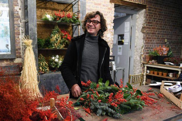 Eric Chauvin prépare les couronnes de Noël dans son atelier, le 25 novembre.