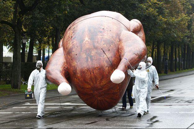 """A Munich, mercredi, des manifestants défilent contre le Tafta aux côtés d'un """"poulet au chlore"""" géant."""