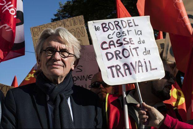 Jean-Claude Mailly défile avec les fonctionnaires à Lyon, mardi.