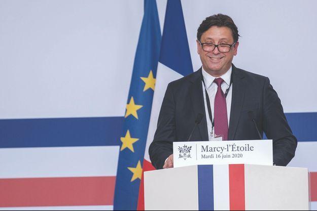 Le patron de Sanofi, Paul Hudson, face à la presse et à Emmanuel Macron, le 16 juin dernier.