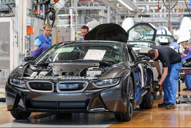 Assemblage d'une BMW i8 dans une usine de Leipzig, en Allemagne, en mai.