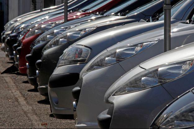 Des voitures d'occasion dans une concession de Nice, en 2012.