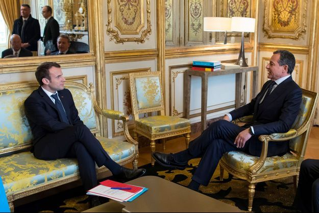Emmanuel Macron avec le patron de Disney, Robert Iger, mardi à l'Elysée.
