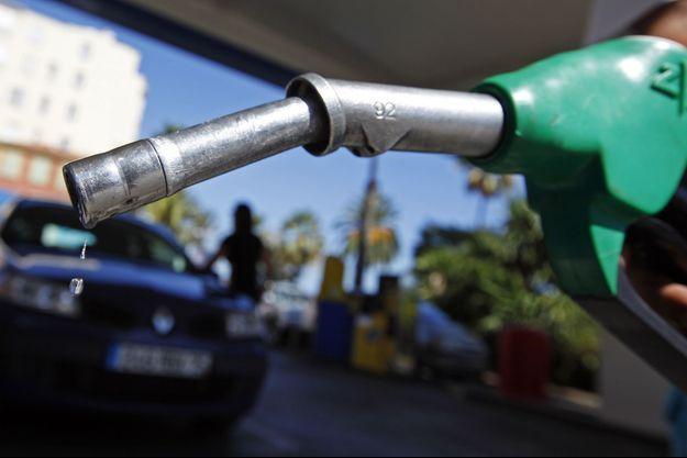 Les prix à la pompe n'ont que peu reculé ces derniers par rapport aux cours du pétrole.