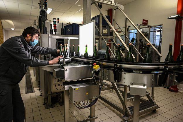 Sur une chaîne de contrôle qualité des champagnes Bollinger à Ay, dans la Marne.