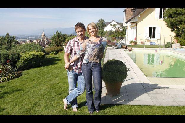 Le pilote de rallye Sébastien Loeb et son épouse devant leur maison en Suisse.