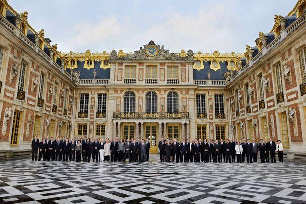 Autour de Michel Bernardaud, président, et d'Elisabeth Ponsolle des Portes, déléguée générale, le Comité Colbert pose dans la cour de Marbre du château de Versailles. (Légende détaillée ci-dessous)