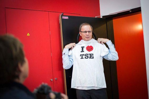 Comme ses étudiants, Jean Tirole brandit le tee-shirt de la Toulouse School of Economics, en anglais dans le texte.
